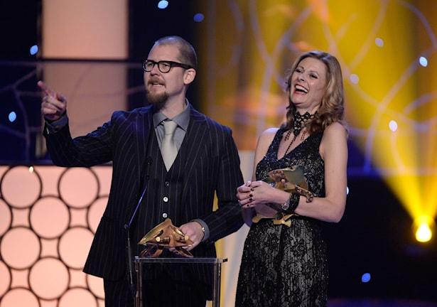 Love Larsson och Eva von Bahr tilldelades priset Bästa mask/smink (En man som heter Ove) vid Guldbaggegalan på Cirkus i Stockholm i år.  Nu har de chans att vinna en Oscar (Hundraåringen som klev ut genom fönstret).Love Larsson och Eva von Bahr tilldelades priset Bästa mask/smink (En man som heter Ove) vid Guldbaggegalan på Cirkus i Stockholm i år.  Nu har de chans att vinna en Oscar för bästa mask i filmen Hundraåringen som klev ut genom fönstret.
