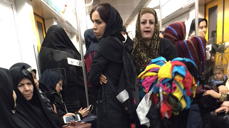 Bh-försäljerska i tunnelbanan i Iran.