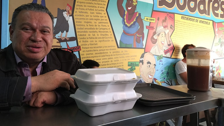 uis Gustavo Celis är läkare och professor på ett av Colombias universitet, där hundratals venezolaner nu börjat plugga. Luis Gustavo ska hålla i ett introduktionsmöte för de nyanlända och har köpt med sig venezolanska arepas.