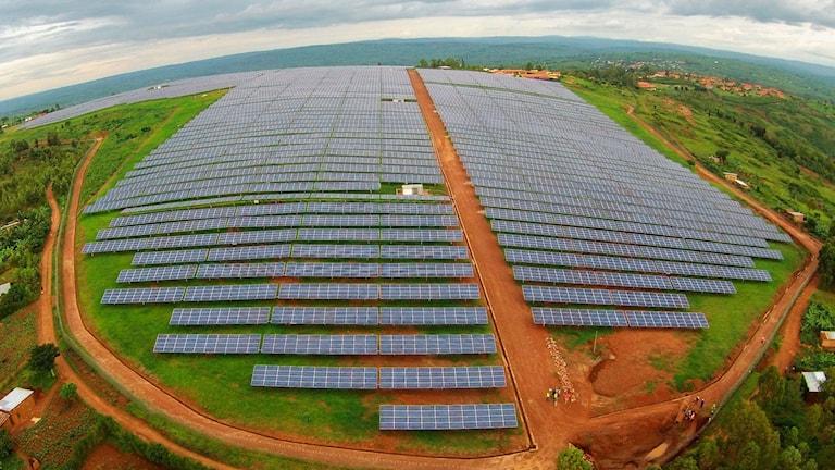 Foto taget från en drönare över solkraftverket i Rwandas berg, sex mil från huvudstaden Kigali.