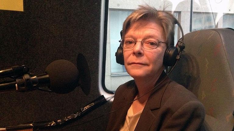 kvinna i radiosändarbil framför mikrofon