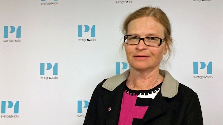 kvinna i glasögon framför P1-morogn logga