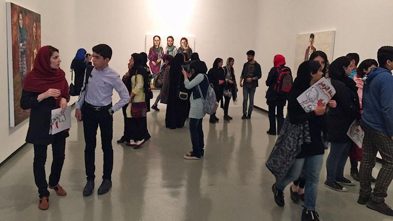 """Många unga på vernissage i Teheran - """"ett andningshål för unga"""" säger galleristen Afarin Neyssari"""