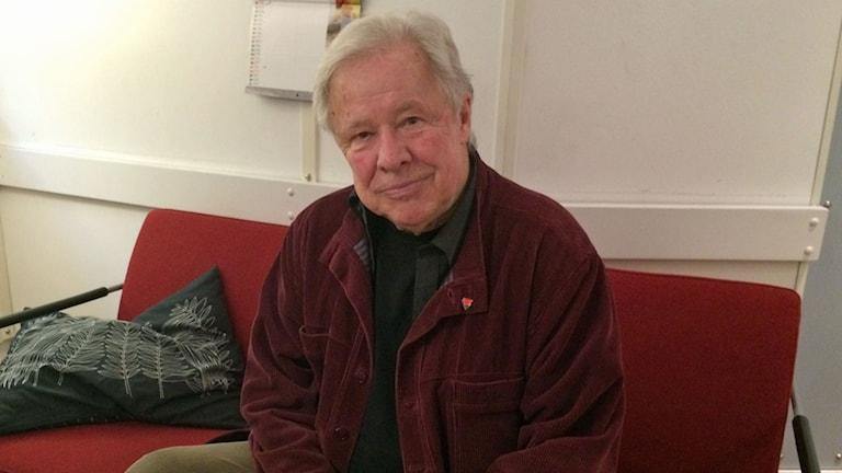 Sven Wollter, som debuterar som skönlitterär författare, i P1-morgons soffa.