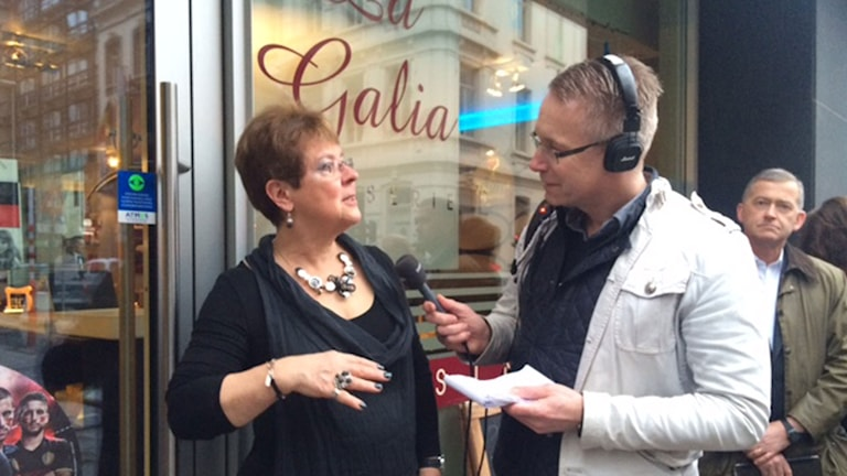 Caféägare Madam Therese och Daniel Alling, programledare på plats i Bryssel.