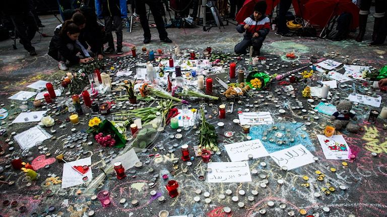 Människor samlades under onsdagen på Place de la Bourse i centrala Bryssel för att tända ljus, lämna blommor och minnas de som föll offer för terrorattentaten mot tunnelbanan och flygplatsen den 22 mars. Terrorattackerna har hittills krävt 31 dödsoffer.