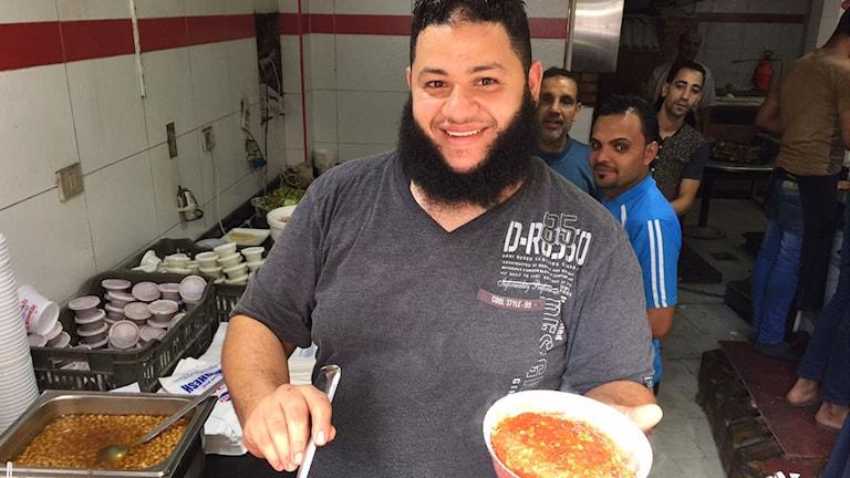 Sayed i snabbmatsrestaurangen slevar upp Kushari och fördömer terrordåden