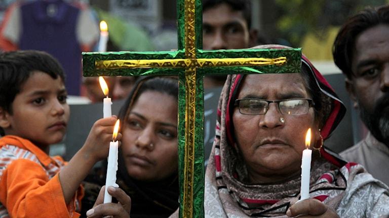 Kristna pakistanier tänder ljus för offren i terrordådet i Lahore på påskdagen.