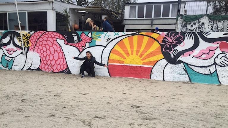 Konstnären Cathlove/ Catherine Grossrieder och hennes muralmålning med Jellibo på Lantau Island