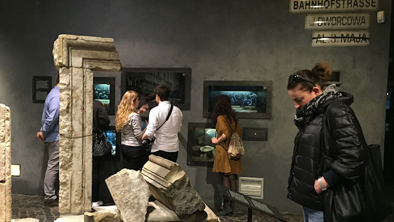 Besökare på Upprorsmuseet i Warszawa.