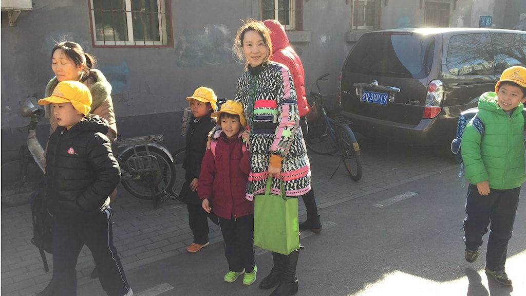 Quan Yan hämtar dottern Wei Lai från skolan