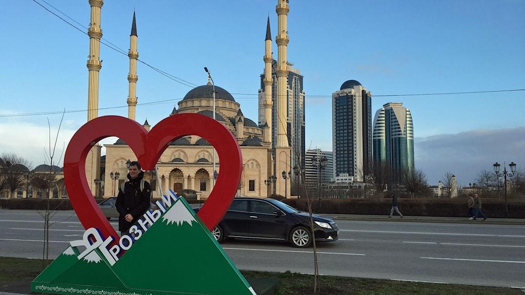 Jag älskar Groznij står det framför nya moskén som är en av Europas största.