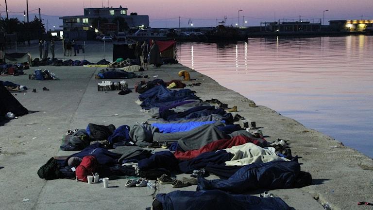 Chios hamn, där folk sover under bar himmel och protesterar mot deportationerna. Många av dem var tidigare inspärrade men har lyckats ta sig ut från det låsta lägret Vial.