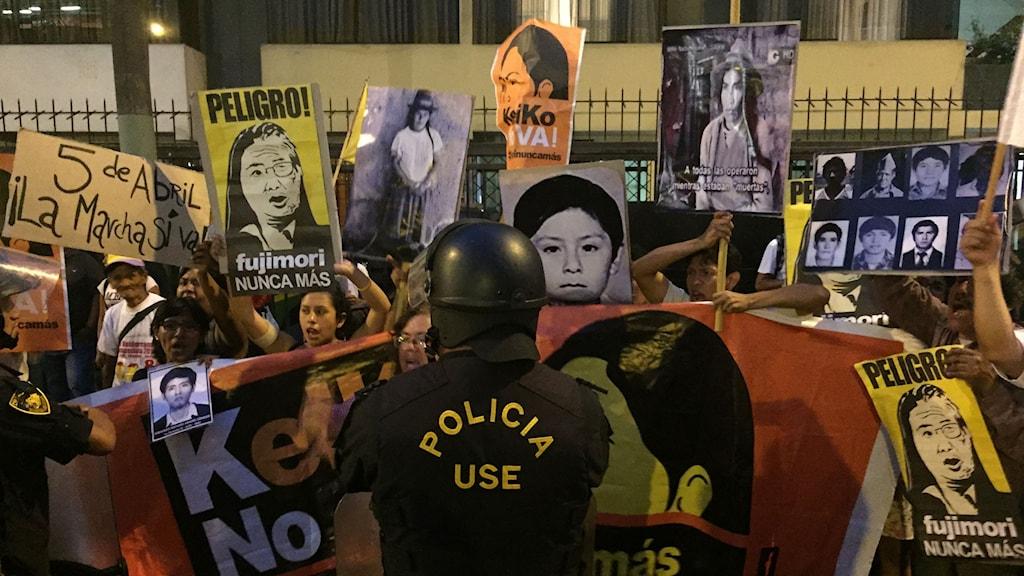 Många peruaner motsätter sig Keiko Fujimoris presidentkandidatur eftersom hon misstänks styra Peru på samma auktoritära sätt som sin far, idag dömd till 25 år för MR-brott och korruption.