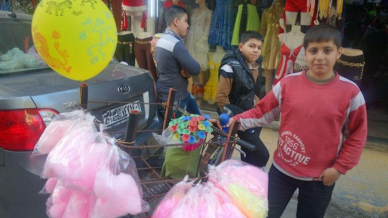 14-årige-Mohammed-säljer-sockervadd-i-Latakia