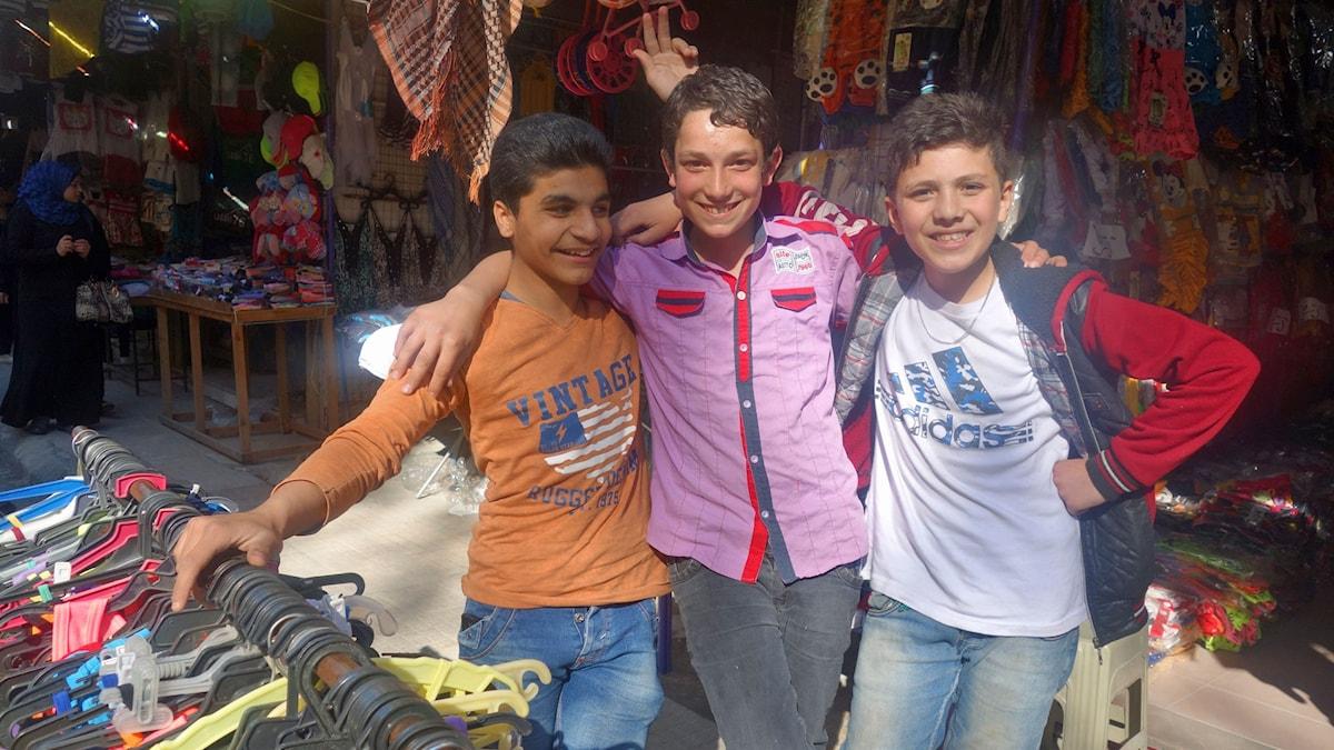 Nureddin, Qadri och Abbas är vänner och måste jobba för att hjälpa sina familjer.