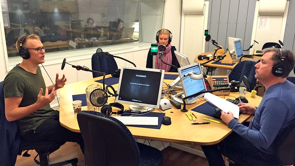 tre personer i en radiostudio
