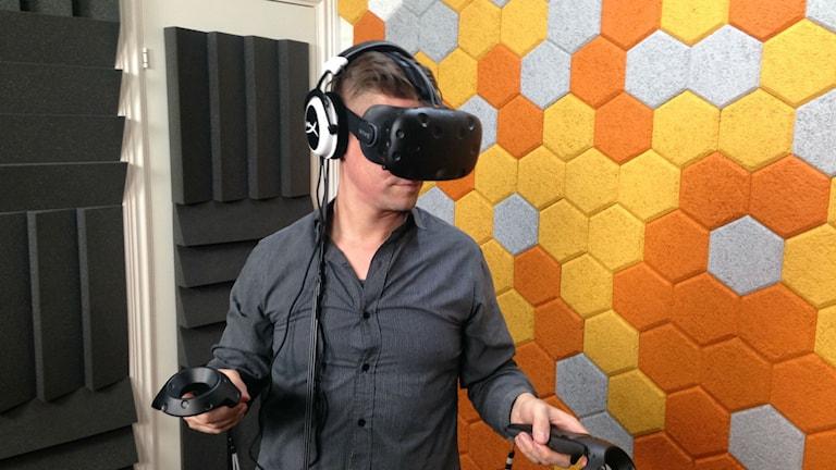 P1-Morgons reporter Hans Kissel testar en VR-hjälm