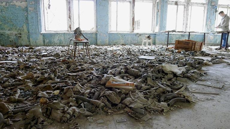 Barngasmasker på golv i skolsal i Pripjat'