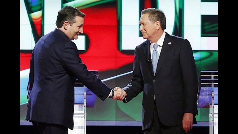 Ted Cruz skakar hand med John Kasich.