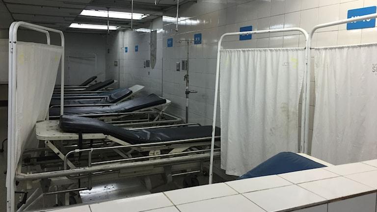 """Akutmottagningen är nästan tom eftersom det inte finns några mediciner och råder brist på läkare. """"Vi kan inte behandla de som kommer"""" säger sjukhuspersonalen."""