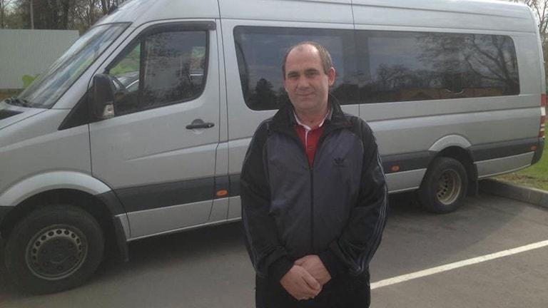 Basjir Plijev med den buss, som köptes sedan 2000 engagerade ryssar samlat in en och en halv miljon rubel. Foto: Mediazona