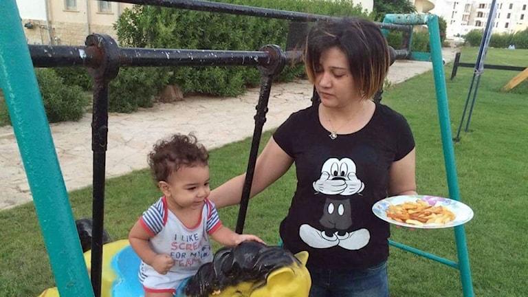 Amal Fatheys och parets treårige son.