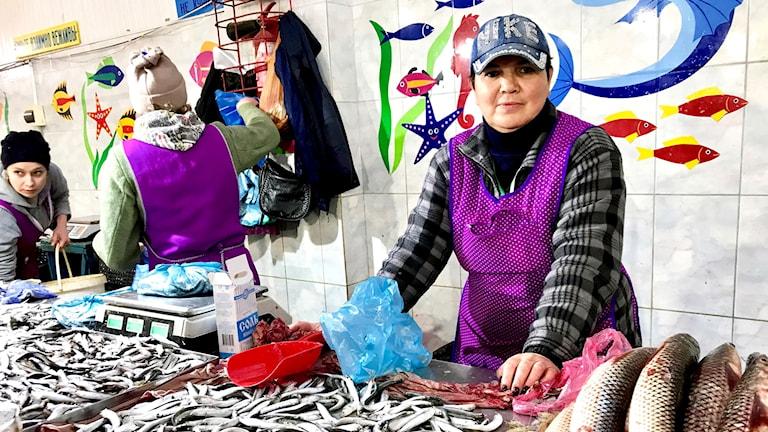 För oss spelar alla förbuden och alla militärer ingen roll, säger Zoya som sålt fisk på marknaden i Kertj i 25 år.