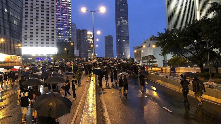 Människor som protesterar på Hongkongs gator.