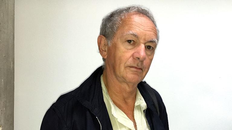 Författaren Maciej Zaremba tittar rakt in i kameran