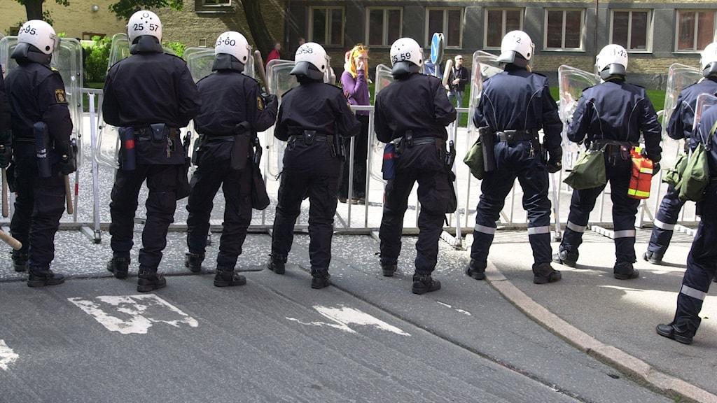 Poliser i kravallutrustning i Göteborg för 20 år sedan.