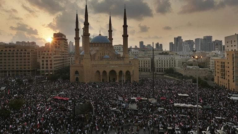 Demonstranter i Beirut. Under söndagen samlades människor runt om i hela Libanon för att protestera mot höjda skatter.