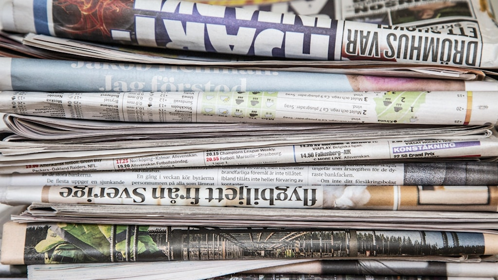 en hög med tidningar