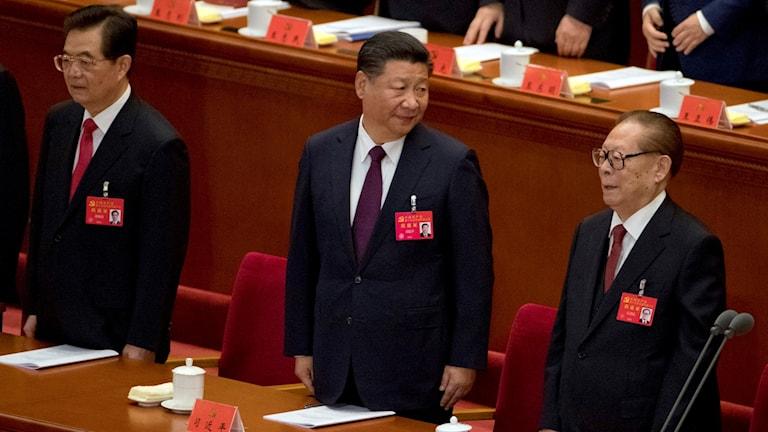 Kinas president Xi Jinping, i mitten, tillsammans med två Jiang Zemin, höger, och Hu Jintao, vänster.