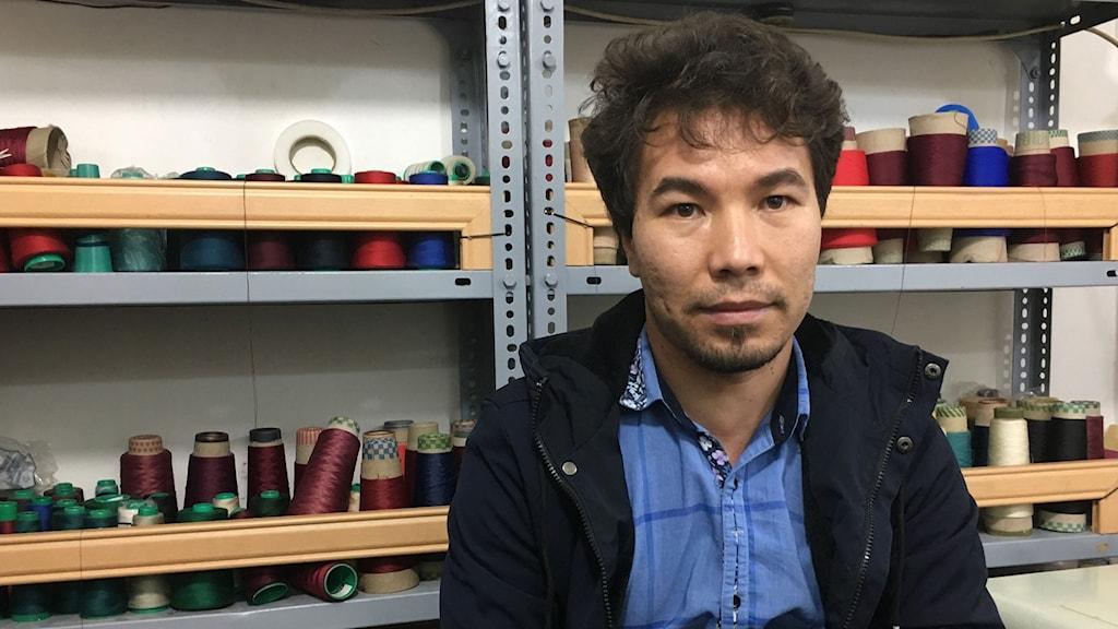 Alireza Imani har ett företag som syr och säljer festklänningar, som han är tvungen att hålla gömd.