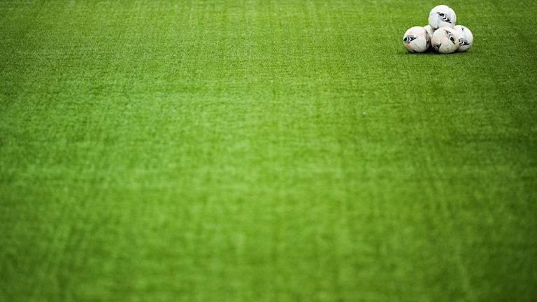 Fotbollar på plan.