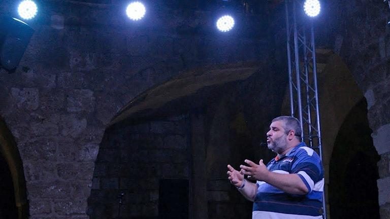 Komikern Bilal Mawas uppträder.