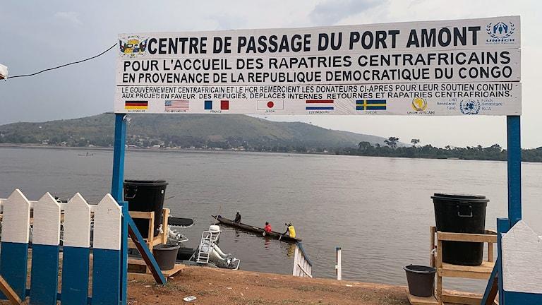 Här tas flyktingar emot som återvänder från Kongo DRC på andra sidan,