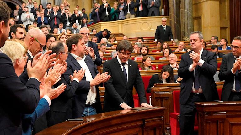 Kataloniens regionpresident Carles Puigdemont under parlamentsmötet igår när beskedet om självständigheten väntades.