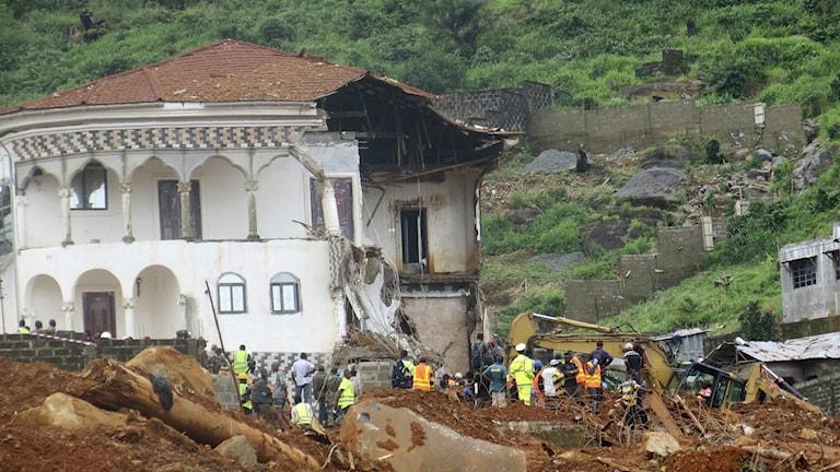 Ett nästintill totalförstört hus i Sierra Leones huvudstad Freetown efter måndagens jordskred.