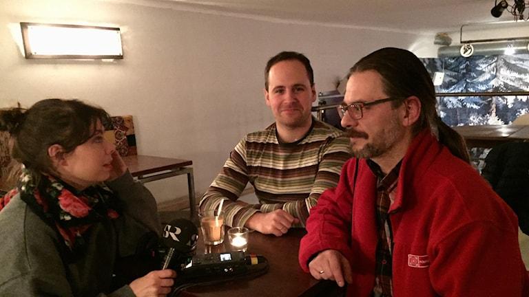 De polska radiojournalisterna Paweł Sołtys och Wojciech Dorosz intervjuas av Sveriges Radios korrespondent Thella Johnson
