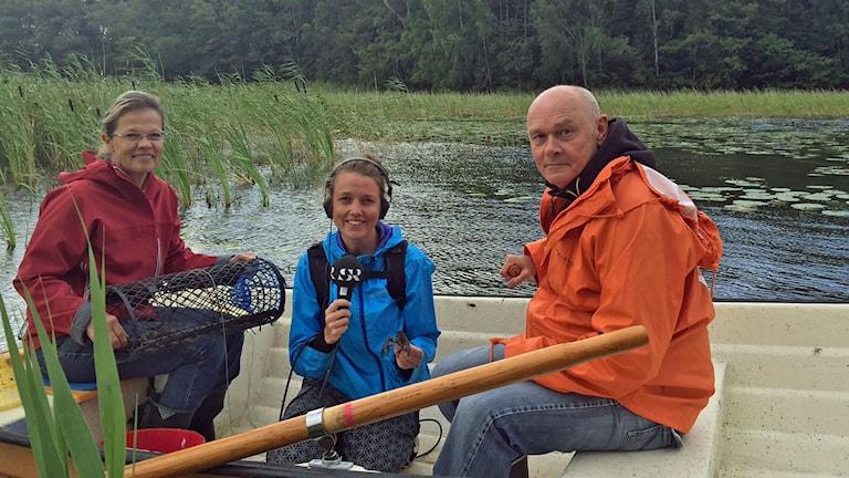 Till vänster Lena Lindström, kräftfiskare på Jersö gård, i mitten P1-morgons reporter, Sanna Karlsson och till höger Lennart Edsman, kräftforskare vid SLU, Sveriges lantbruksuniversitet.