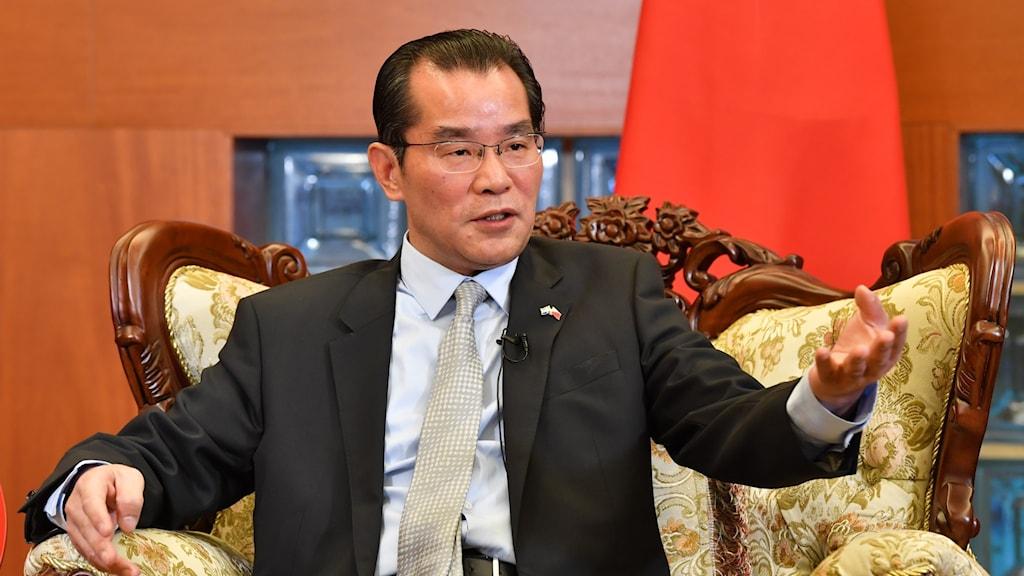 Gui Congyou i fåtölj.