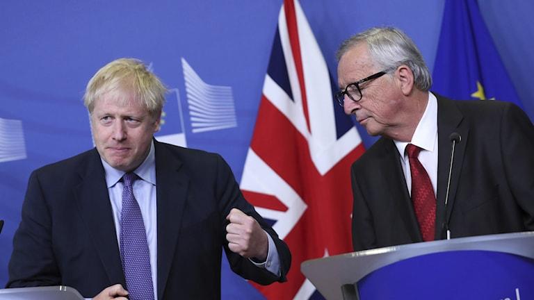 Brittiska premiärministern Boris Johson tillsammans med EU-kommissionens ordförande Jean-Claude Juncker på en presskonferens efter att man enats om ett brexit-avtal.