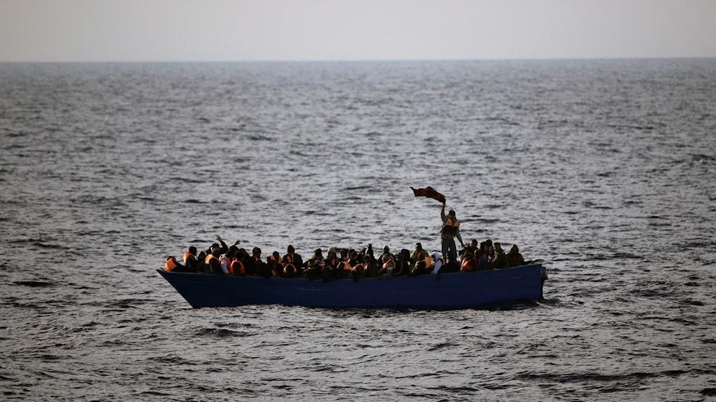 Arkivbild. En båt med flyktingar och migranter på Medelhavet.