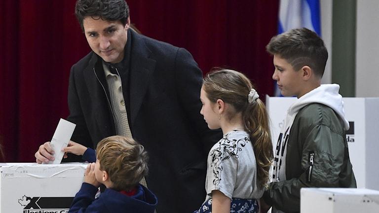 Justin Trudeau tillsammans med sina barn när han röstade i måndagens val i Kanada.
