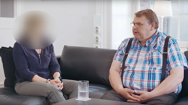 Kvinnan som Peter Lundgren ofredat och Peter Lundgren i samtal. Foto: Skärmdump från Sverigedemokraternas video.