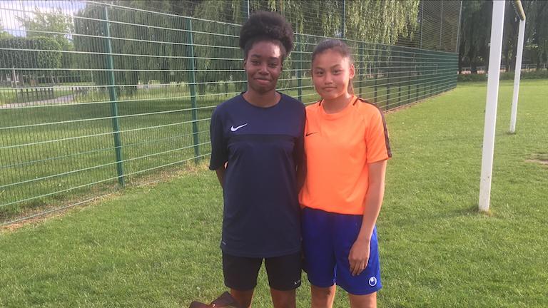Esperance Ndja och Marina Khang spelar fotboll i klubben Moissy-Sénart utanför Paris.