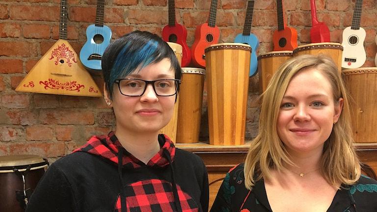 Lärarstudenterna Emma Gunnheden Yrjas och Louise Heed skulle gärna ha mer dramapedagogik på schemat.