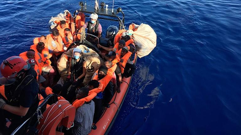 Migranter räddade på medelhavet 55 kilometer utanför Italiens kust